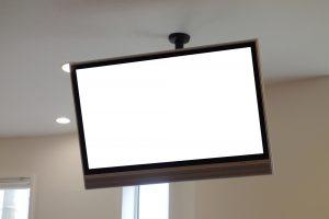 デジタルサイネージ コンビニ 天吊りディスプレイ 活用事例 ミニストップ