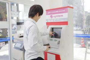 デジタルサイネージ コンビニ ATM 活用事例